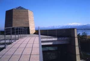 中谷氏は片山津温泉出身の学者として地元民から親しまれている。建物は雪をイメージした六角塔3つを配置して設計。