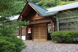 建築家、中村昌生氏の設計による和風の建物。芥川賞受賞作「驟雨」の手書き原稿も見もの。