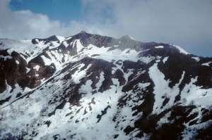 中央の山が笈ヶ岳、右手三角の山は小笈