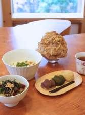 神楽坂『甘味とお食事 マリアーヌ』の料理と樹齢350年の三重県産伊勢檜を使用したメインテーブル