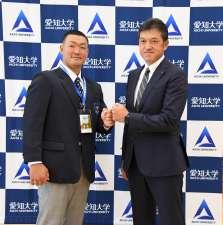 記者会見終了後、フォトセッションに応じた安田悠馬選手(写真左)、楽天 山田潤スカウト(写真右)。なお安田選手は身長185cm。山田スカウトはさらに大きく、身長188cm