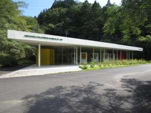 建築家、坂茂氏の設計による全面ガラス張りの建物。美しい緑に囲まれた癒しの空間で、作品を鑑賞しながら心癒されるひとときを過ごしたい。