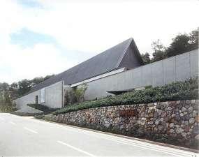 「全国公共建築百選」に選ばれた建物。浅蔵五十吉氏の平成時代を中心とした代表作を展示する。