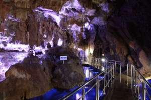 第一洞内 「竜宮の夜景」。やわらかい人工の光が鍾乳石を照らし出す、洞窟内で最も天井が高い場所。自然が織りなす芸術的な鍾乳洞で、非日常の世界を体感しよう。